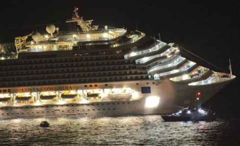 Terrible accidente del Costa Concordia: tres muertos  y 4.000 rescatados.
