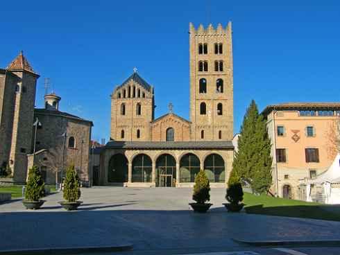 http://www.viajaratope.com/images/fachada-del-monasterio-de-ripoll-descubre-el-Ripolles.jpg
